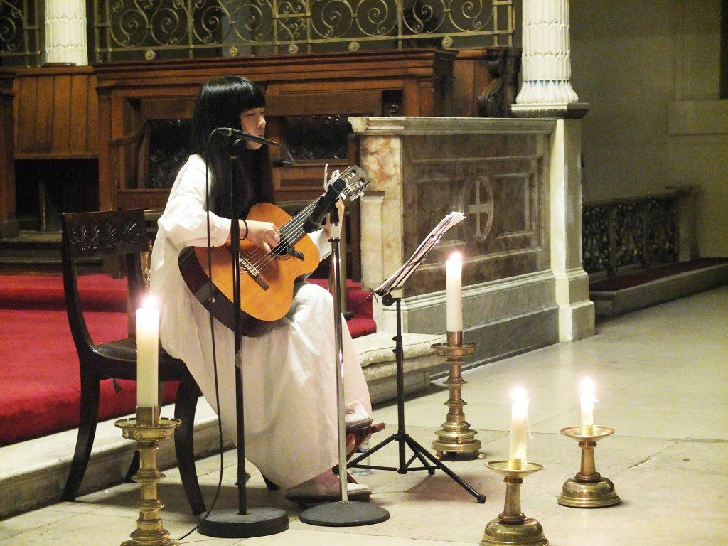 St Pancras Church にて演奏する青葉市子さん