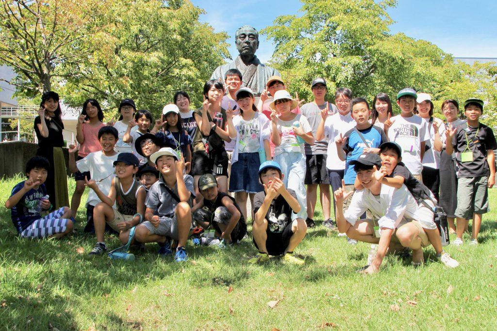 SFC 福沢諭吉像の前で集合写真