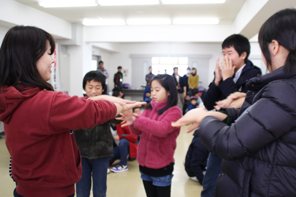 6年前のキャンプでは看護学生が手洗いを指導しました